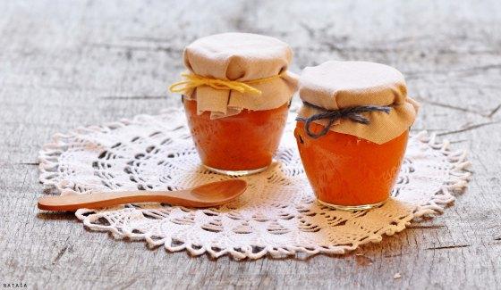 Lončki marelične marmelade.